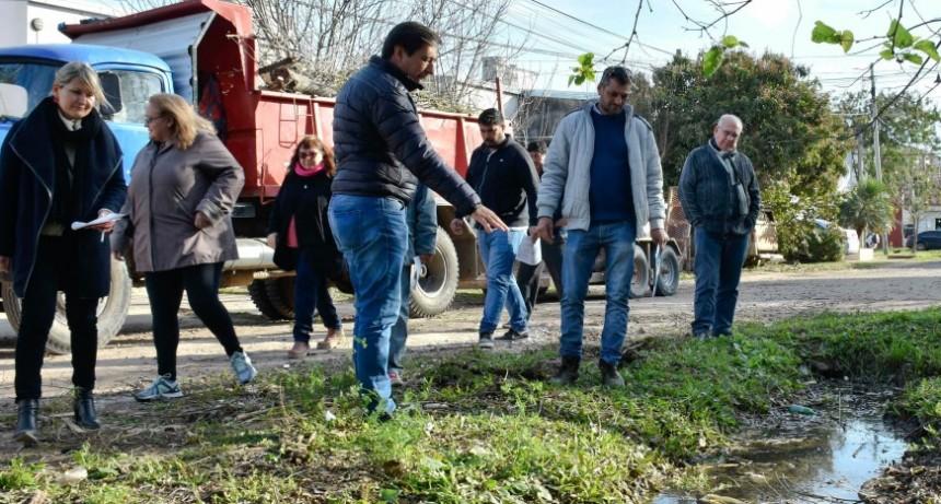 Gustavo Martínez, autoridades del IPDUV y vecinos, validaron obras que se ejecutarán en el B° Llaponagat