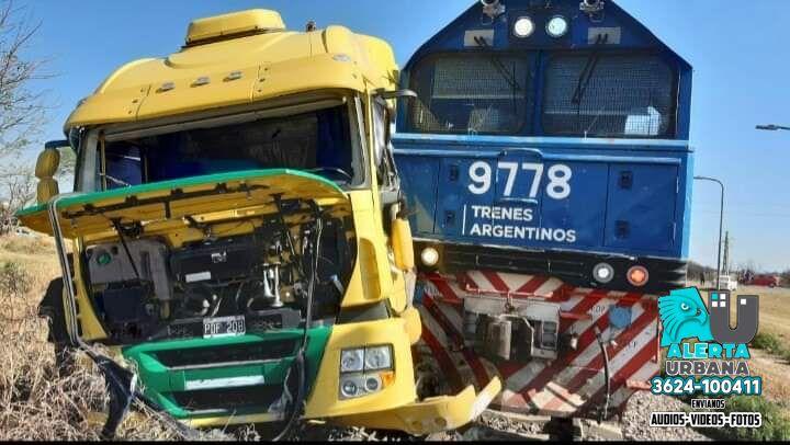 Un tren de cargas y un camión que transportaba cemento colisionaron