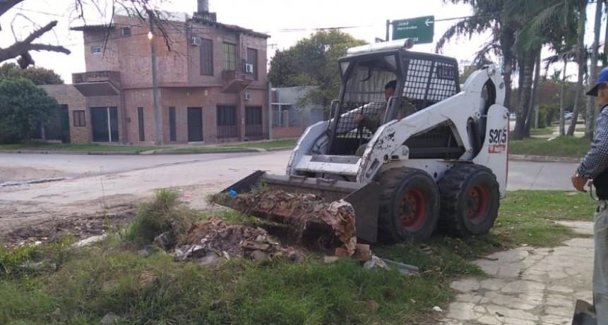 El municipio continúa con los trabajos de limpieza de escombros en el Bº Asunción