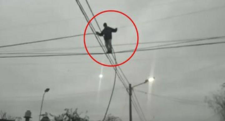 """Lomas de Zamora: un ladrón """"equilibrista"""" se trepó a un poste de luz para robar cables"""