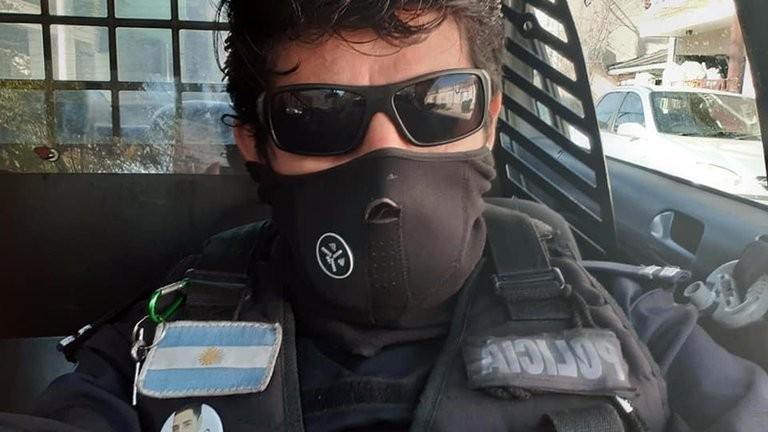 La triste historia de Oscar Pagano, el policía que se subió a una torre en medio de la protesta y amenazó con quitarse la vida