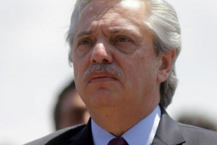 Alberto criticó a Macri por su carta y a Clarín por una