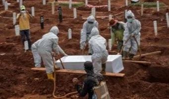 Indonesia: los obligan a cavar tumbas para muertos de coronavirus por no usar tapabocas.