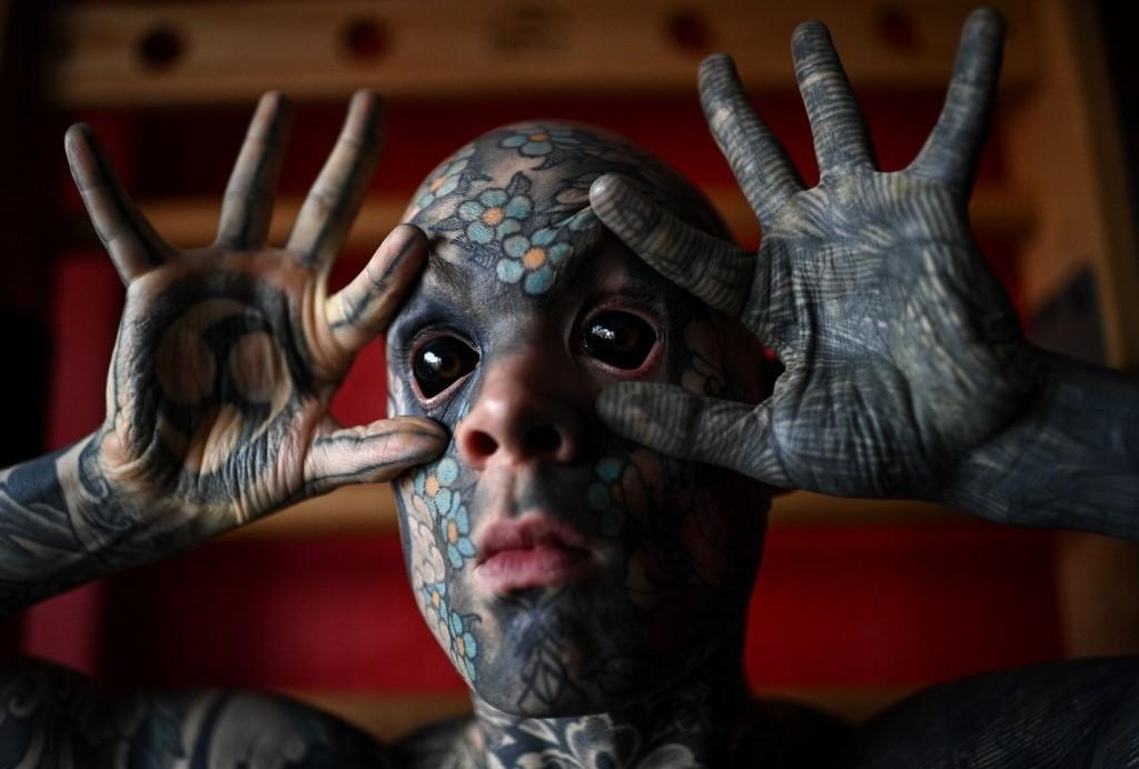 """Polémica en Francia: apartaron a un profesor tatuado hasta los ojos porque le da """"miedo a los niños"""""""