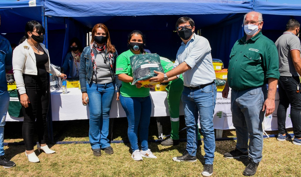 Gustavo Martínez entregó indumentaria a trabajadorers municipales de Centros Comunitarios y Delegaciones Barriales