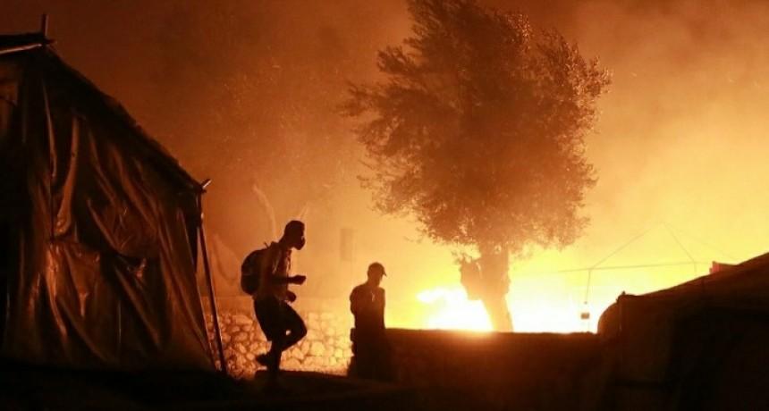 Un gran incendio en Grecia arrasa con el campo de refugiados más grande de Europa
