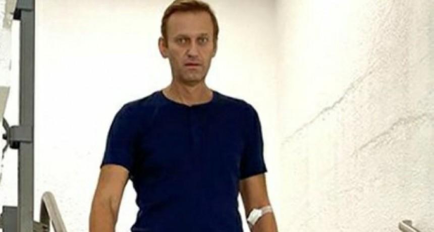 El líder opositor ruso Alexéi Navalny publicó una foto bajando una escalera y contó detalles del calvario que vivió tras ser envenenado