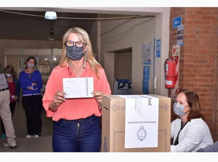 """Chomiak votó junto a sus tres hermanas y pidió disfrutar """"este momento con alegría"""