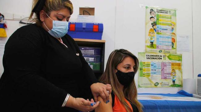 Cerca de nueve de 10 argentinos mayores de 18 tiene al menos una dosis contra la COVID-19