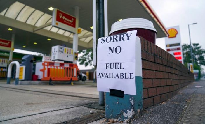 Reino Unido: colas en estaciones de servicio y góndolas vacías