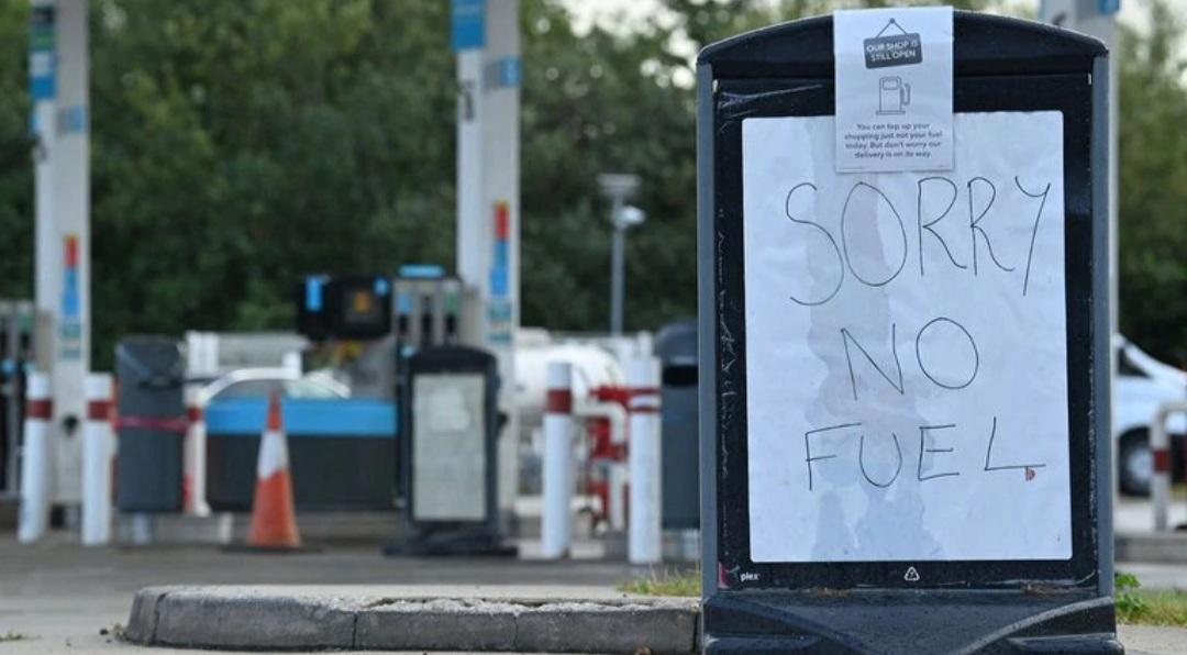 Reino Unido sin combustible: se extiende la crisis y las gasolineras suben el precio