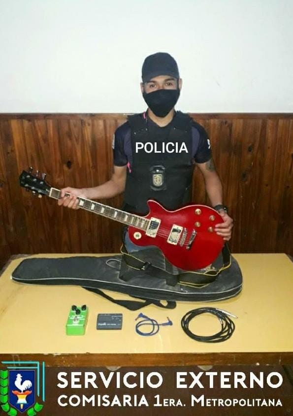 Un padre devolvió la guitarra que su hijo había comprado al enterarse que era robada