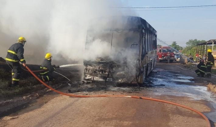 Policía accidentado en grave estado, colectivo incendiado durante recorrido y nuevo desorden de Movimiento Social en oficinas de Desarrollo