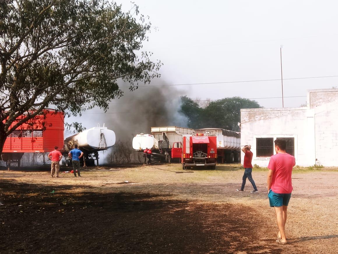Se incendió un camión cisterna que fue alcanzado por el fuego de una quema de pastizales.