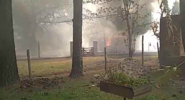 Paso de la Patria: se incendiaron casas de dueños que no pueden ir a salvarlas por las restricciones municipales.