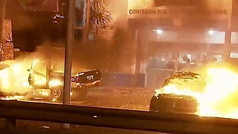 Noche de furia: colectiveros quemaron autos y ahora cortan la General Paz tras el crimen de un conductor