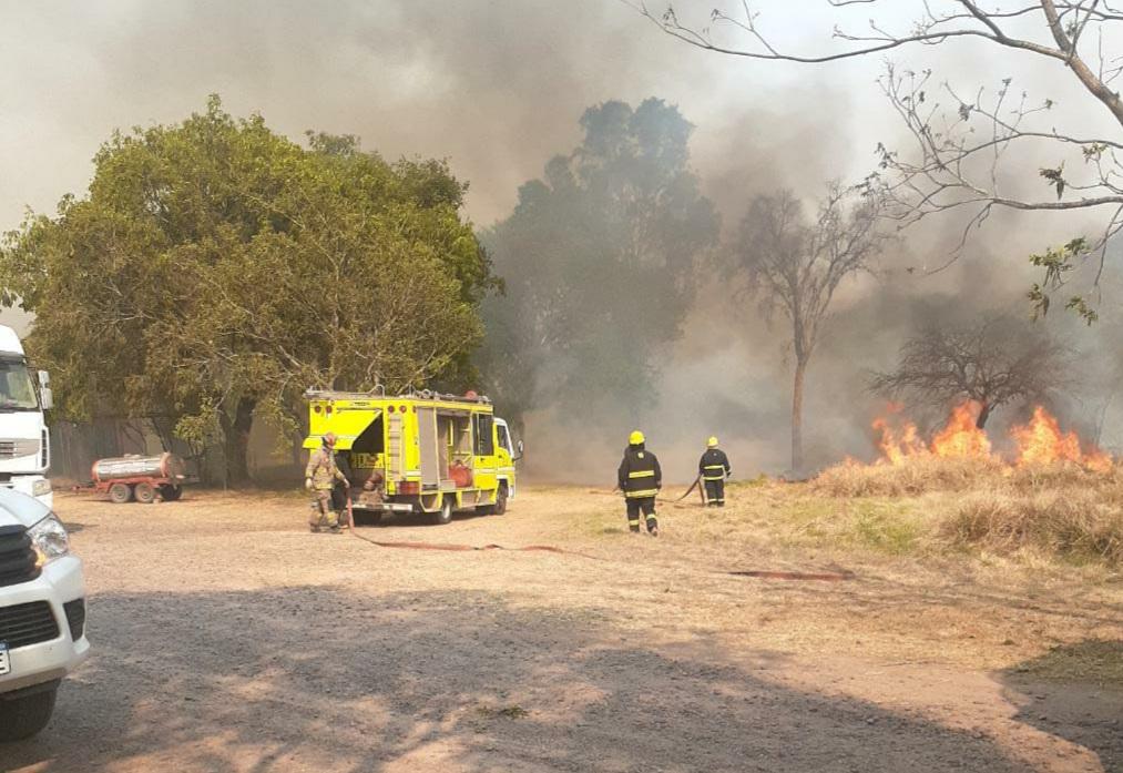 Un hombre fue rescatado en medio del fuego.