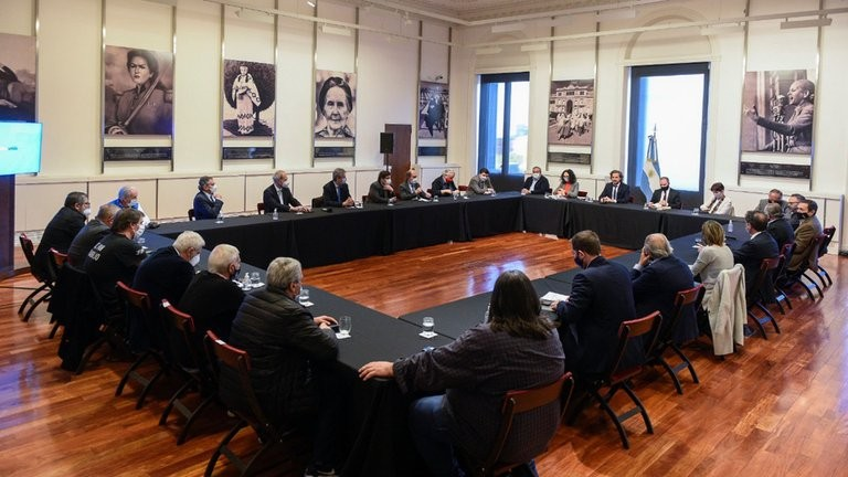 Antes del inicio de las negociaciones, el Gobierno busca mostrarle al FMI que no está aislado y tiene el respaldo de los empresarios y sindicalistas
