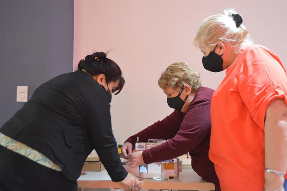 El Municipio de Barranqueras entregó una máquina de coser para el refugio
