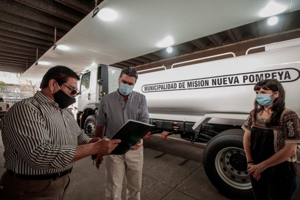El Gobierno Provincial entregó un camión cisterna al municipio de Misión Nueva Pompeya