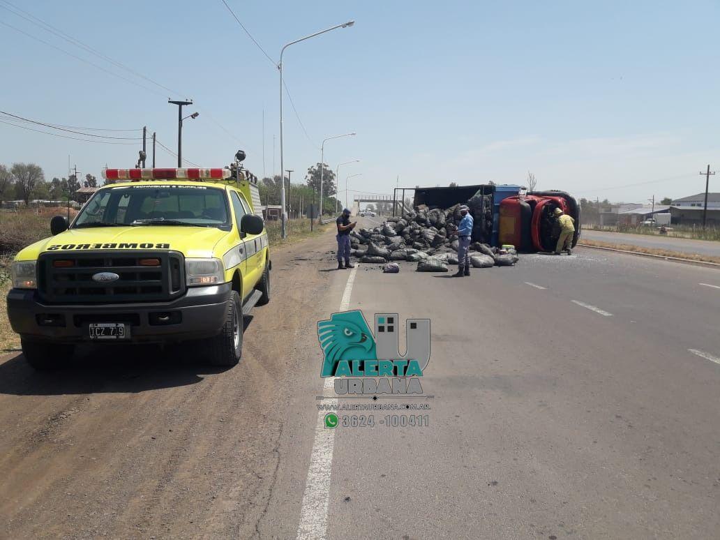 Presidencia de la Plaza: volcó un camión que transportaba carbón