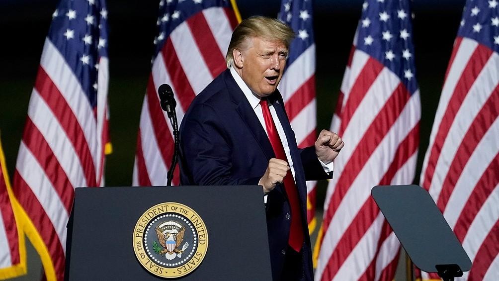 Trump reapareció en público en un acto de campaña diez días después de dar positivo