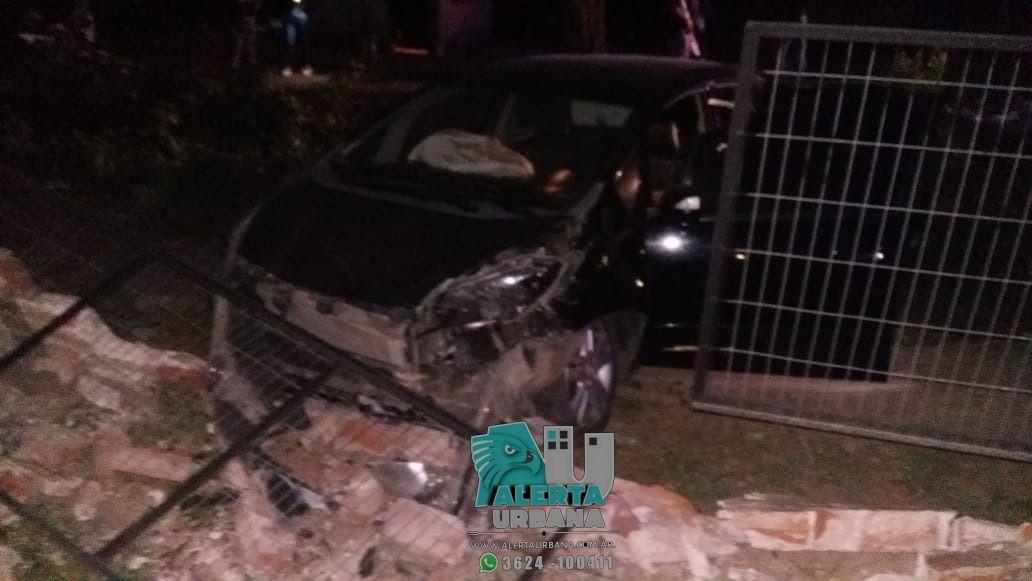 Resistencia: un automóvil impactó contra el muro de una vivienda