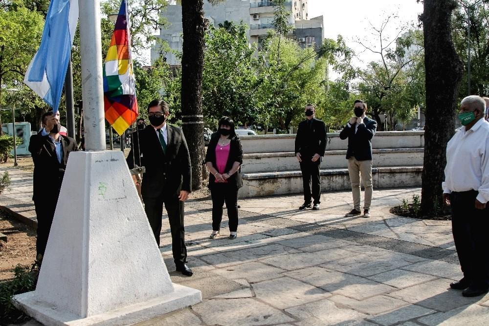 El intendente de Resistencia encabezó el izamiento por el día del Respeto a la Diversidad Cultural