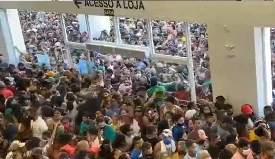 Sin distancia social: la caótica inauguración en un shopping de Brasil