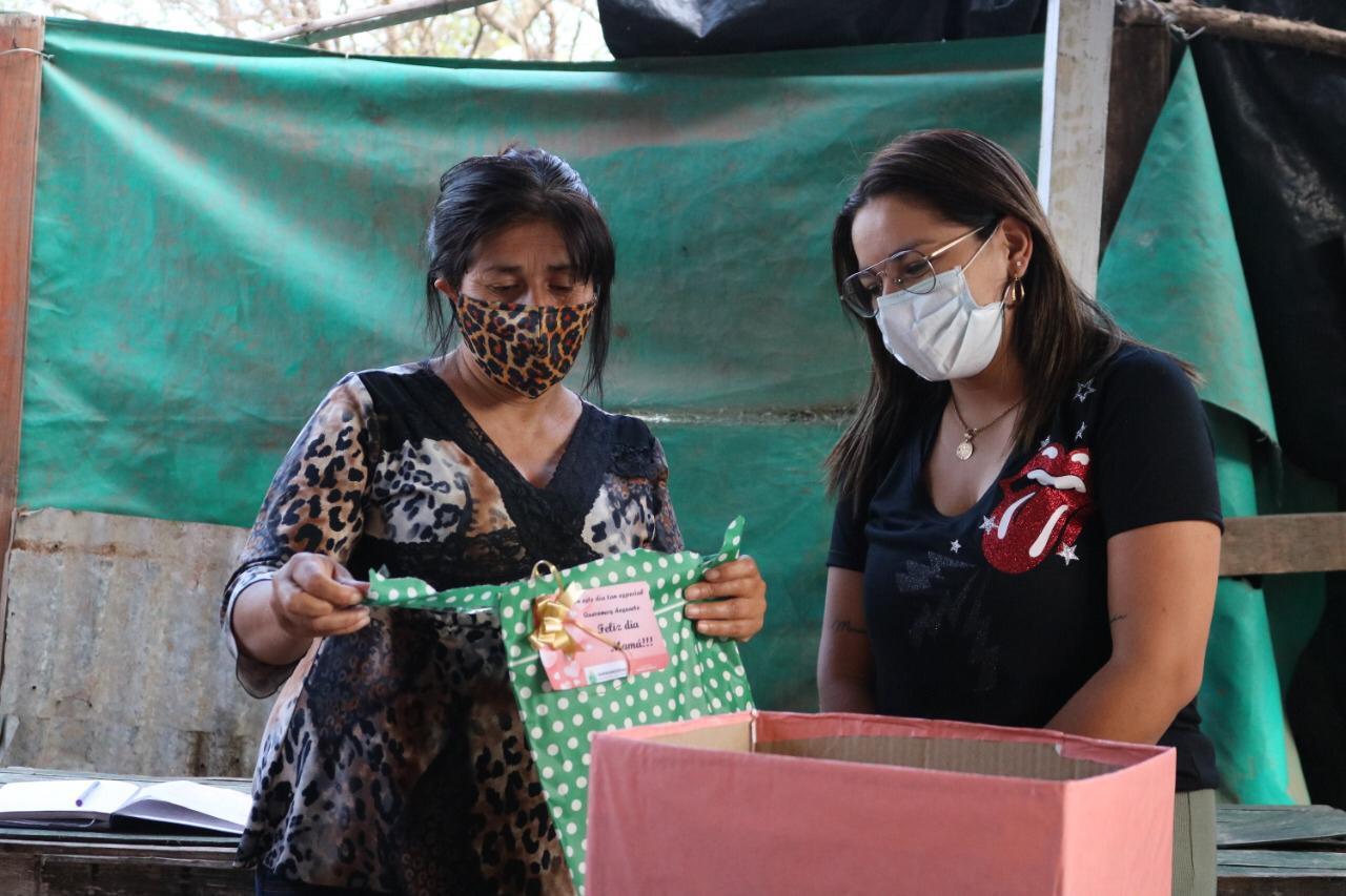 La intendente Magda Ayala entregó presentes a las madres comerciantes de la ciudad de Barranqueras.