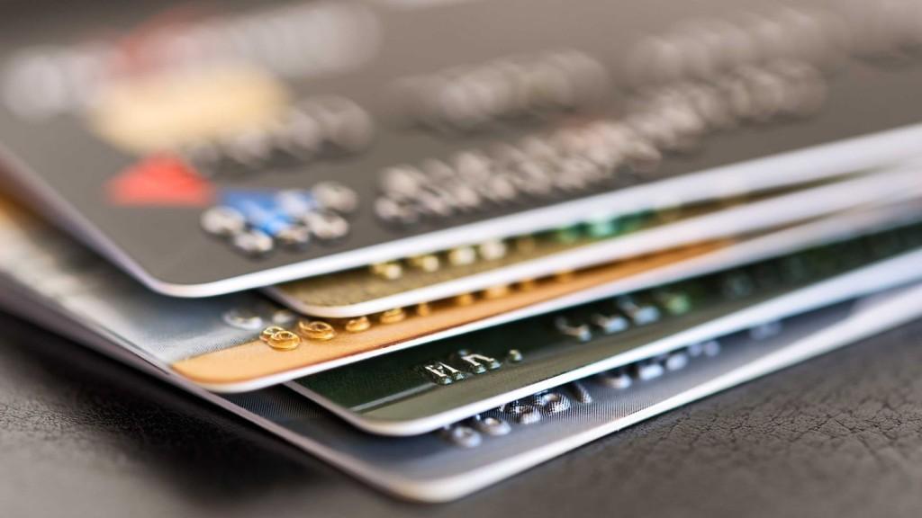 Por la crisis y el temor a una devaluación, empieza a caer el consumo con tarjeta de crédito