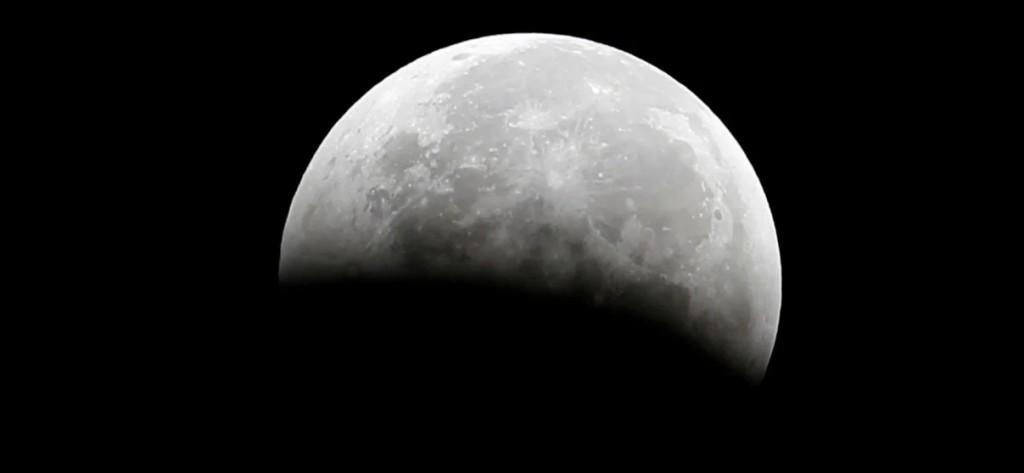 """Hallan agua en la Luna: un experto de la NASA afirma que es un """"recurso indispensable"""" para las misiones tripuladas"""