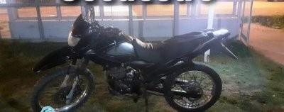Dejó la moto robada al ver a los policías