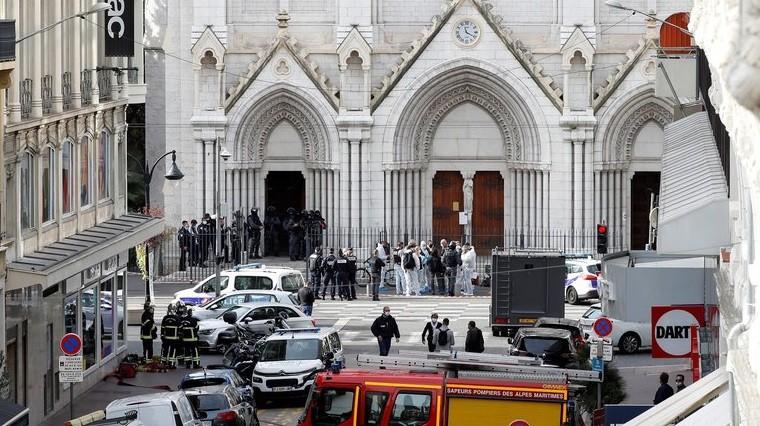Un ataque terrorista en Francia dejó tres muertos, uno de ellos decapitado, en la basílica de Niza