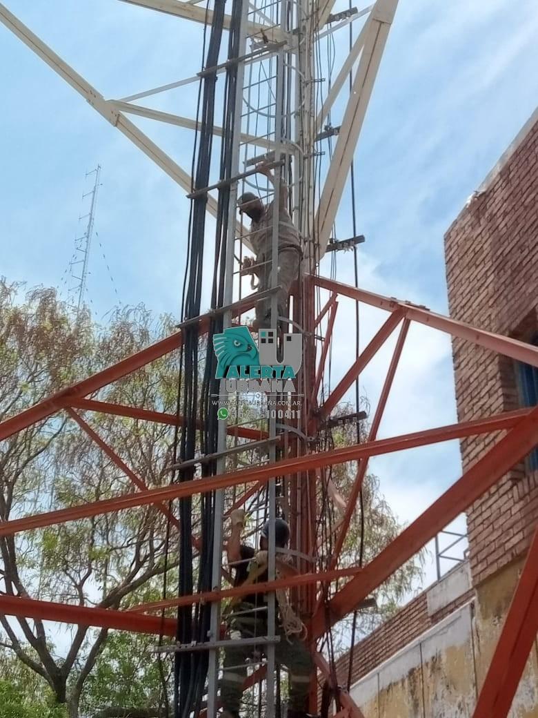 General San Martin :  Empleados municipales suben a torre de telefonía en reclamos a mejoras salariales