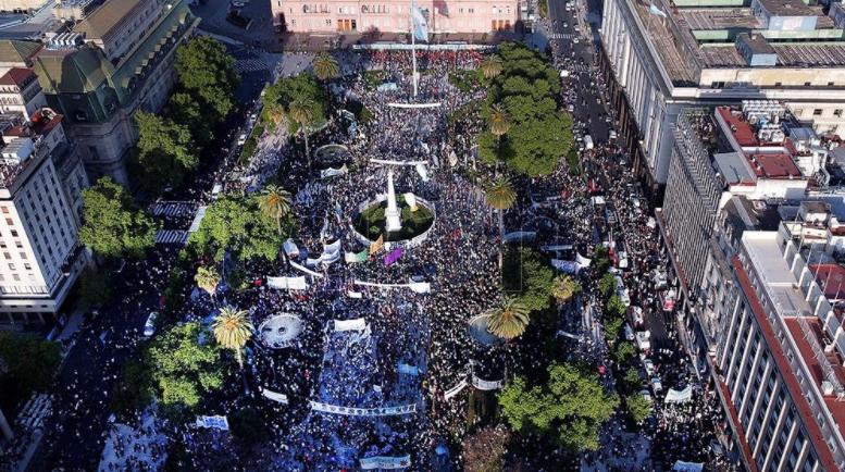Militantes y organizaciones sociales colmaron Plaza de Mayo por el Día de la Lealtad