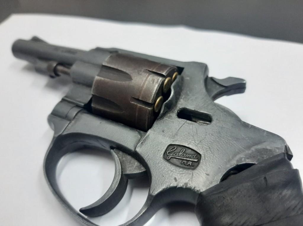 Fue detenido por portar un arma y querer recuperar lo robado