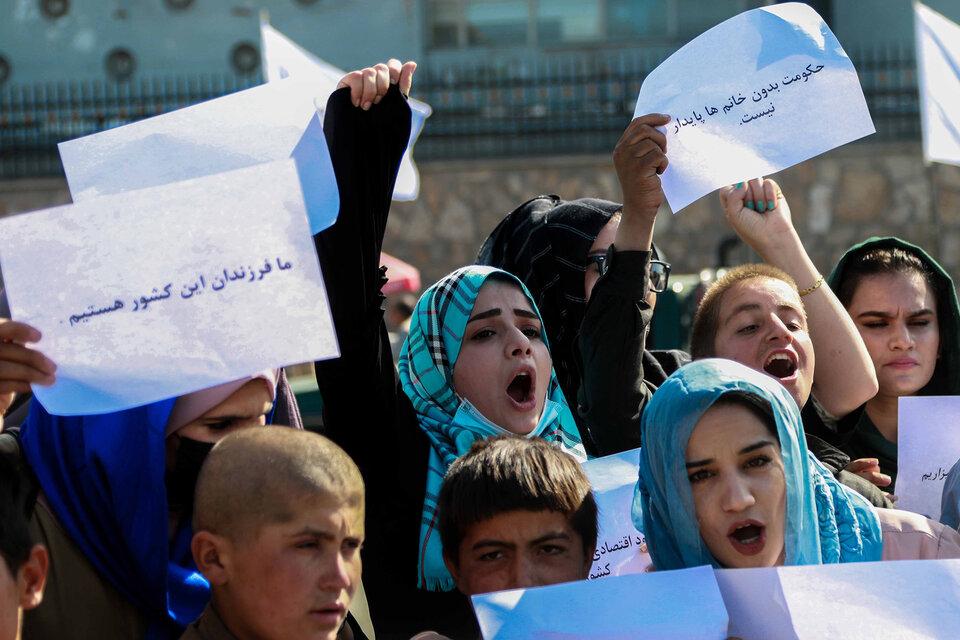 Los talibanes dispersaron una marcha de mujeres y agredieron a periodistas