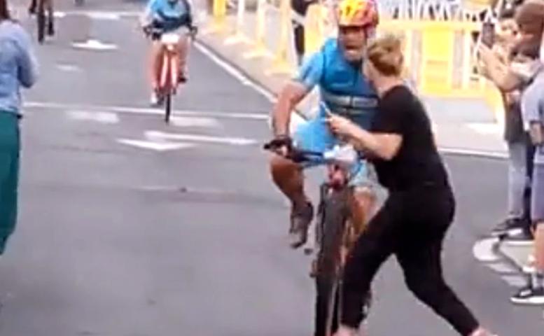 Una mujer se cruzó en una carrera de ciclismo y fue arrollada por el líder