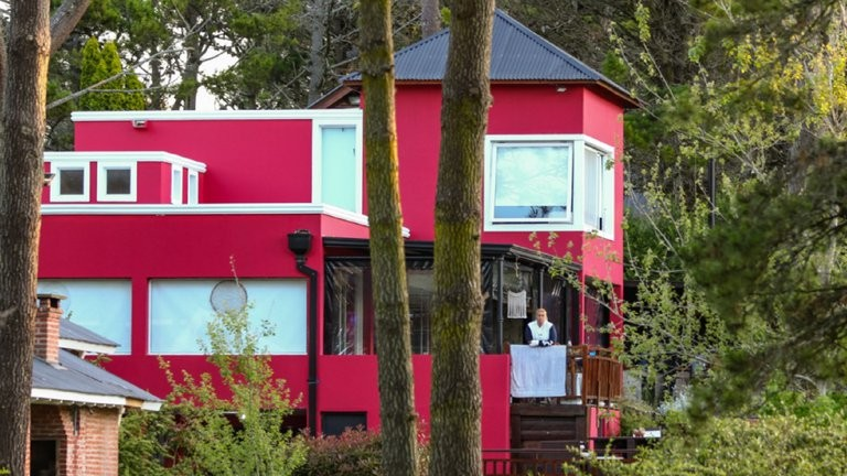 Llegó a su casa de verano tras la cuarentena y la encontró usurpada y pintada de otro color