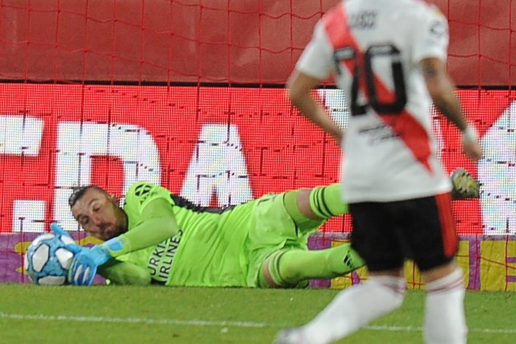 Franco Armani es el sostén de un River que repite fallas pero que derrotó a Rosario Central por la Copa Liga Profesional