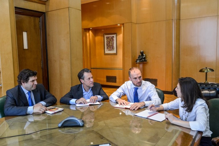 Ante la llegada del FMI, Guzmán busca consolidar la reducción de la brecha cambiaria, pero el organismo pedirá mejoras en el frente fiscal