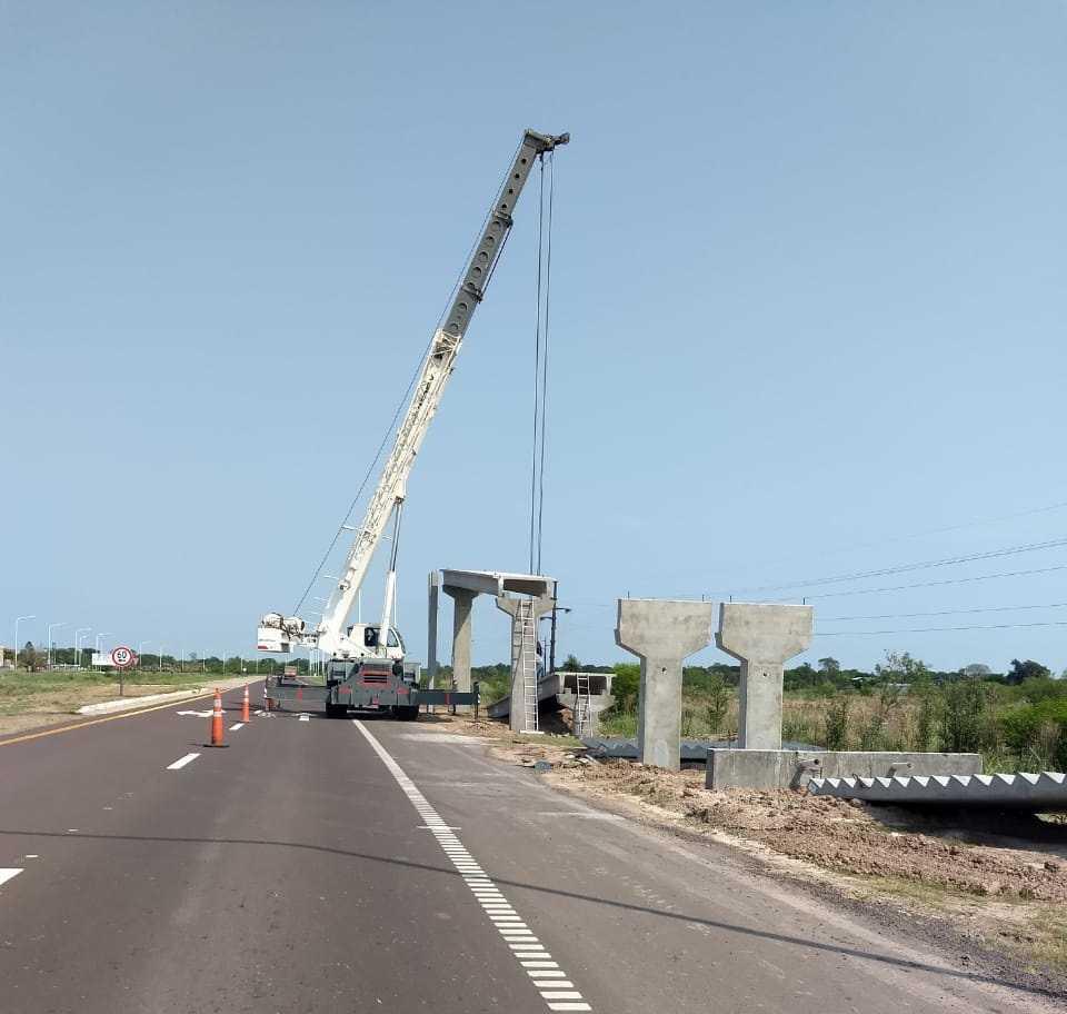 Autovía 16: instalan las últimas cuatro de un total de 10 pasarelas peatonales.
