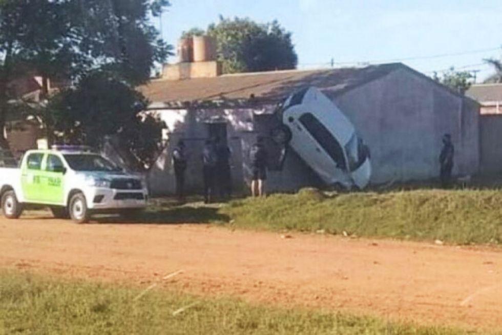 Insólito: un auto despistó y quedó con las ruedas contra la pared de una casa