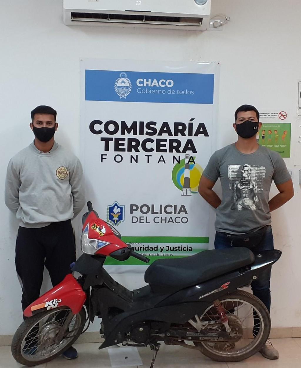 Arremetieron contra los agentes para no entregar una moto robada, terminaron detenidos