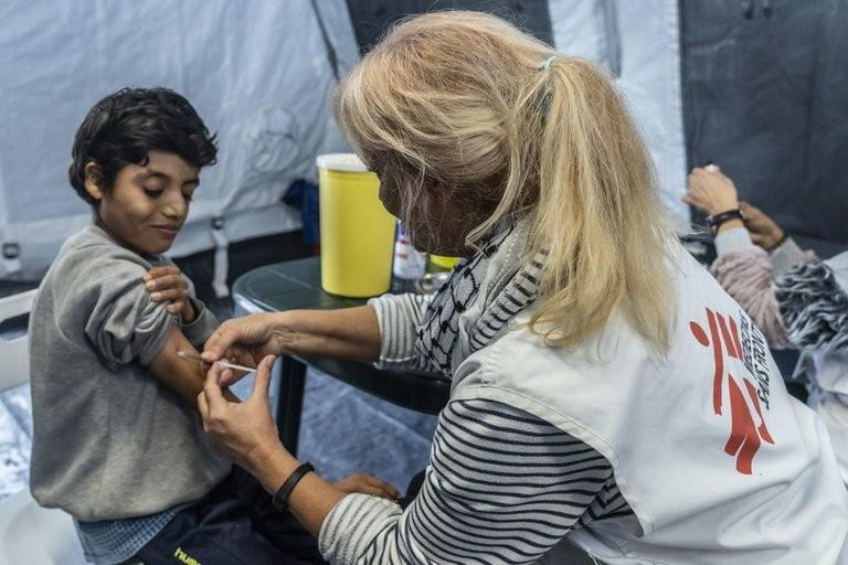 Cómo se vive en zonas de guerra la espera de la vacuna contra el COVID-19