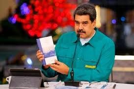 Una escritora argentina recibió un premio que le entregó Nicolás Maduro