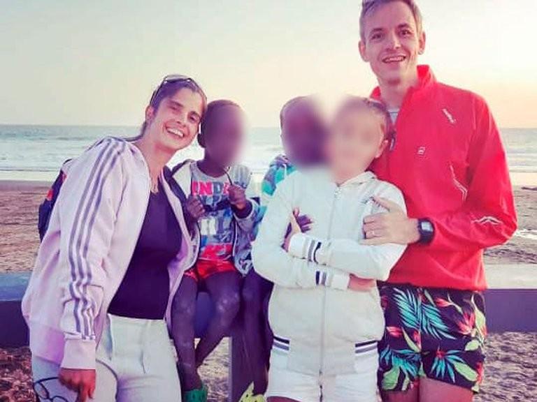 Misterio por el abandono de los mellizos africanos de 6 años en Bahía Blanca
