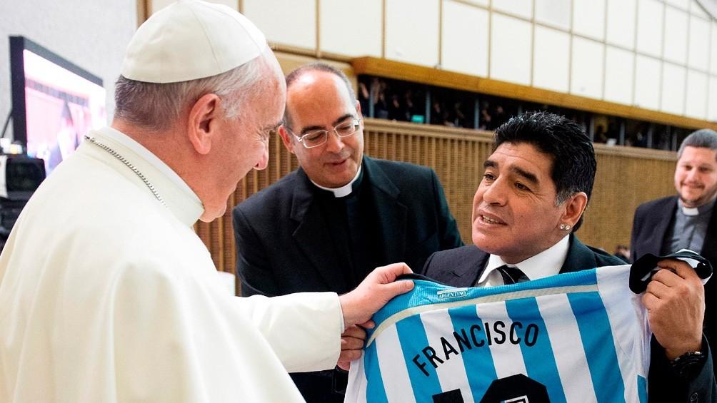 La familia Maradona recibió un rosario bendecido y enviado por el papa Francisco