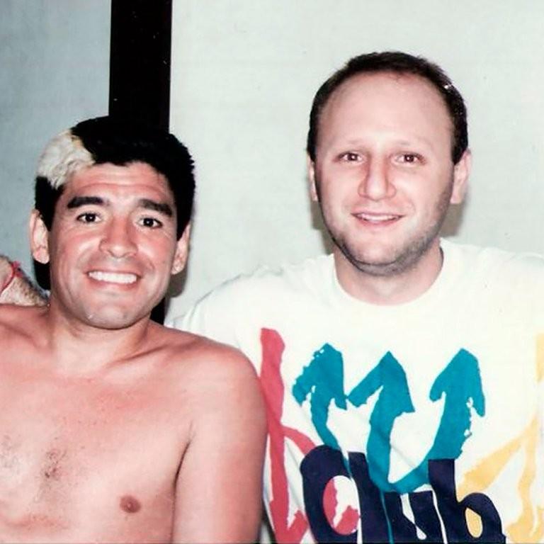 Un amigo de Diego Maradona aseguró que gente de su entorno lo emborrachaba para que no viera a sus hijas.